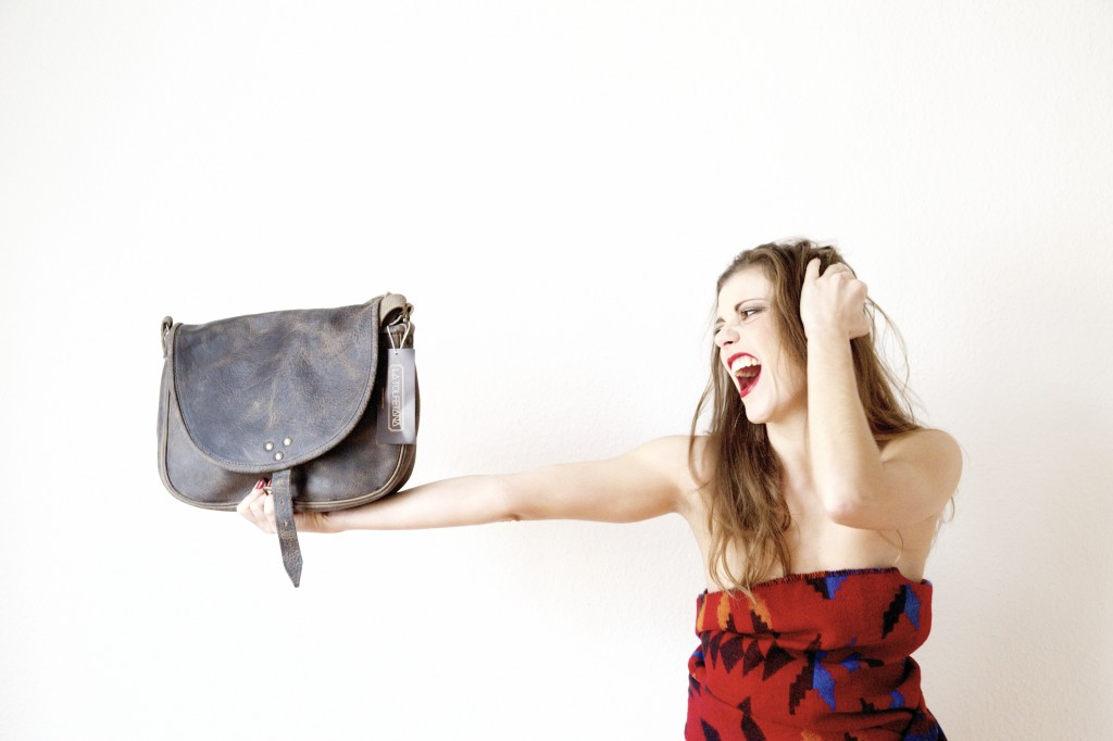 donna con borsa in pelle vintage artigianale